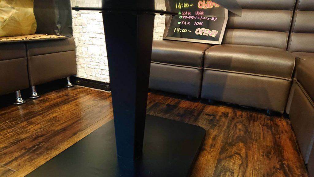 金属脚のテーブル